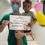 Criança de 2 anos vence a covid-19 e deixa o Hospital de Bom Jardim sob aplausos