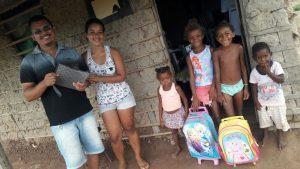 Grupo doa material escolar para crianças carentes de Bom Jardim.