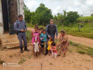 Policiais distribuem centenas de brinquedos para crianças em Bom Jardim