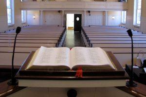 Cristiane Varão sanciona lei que estabelece igrejas como atividades essenciais no município