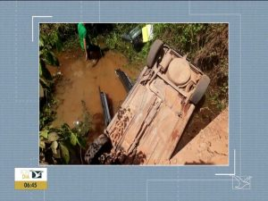 Motorista perde o controle e veículo cai de ponte na estrada do Bambu, zona rural de Pindaré